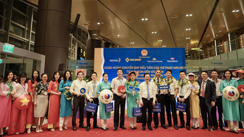 Chuyến bay quốc tế đầu tiên của Việt Nam hạ cánh xuống Vân Đồn - 1