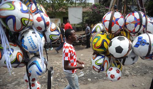 Một người đàn ông đi qua một khu chợ tại Nairobi. Ảnh: EPA
