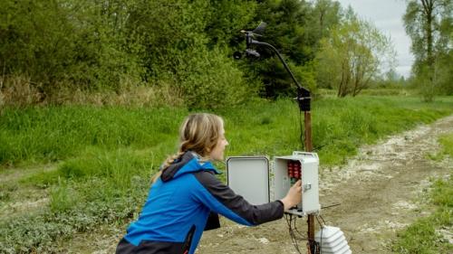 Zerina Kapetanovic - nhà nghiên cứu về phần cứng của FarmBeats kiểm tra thiết bị cảm biến đất. Ảnh: Microsoft.