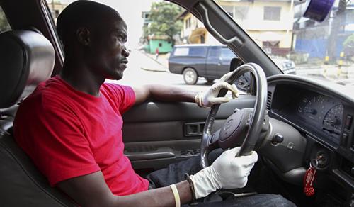 Một tài xế taxi ở Liberia, Tây Phi. Ảnh: EPA