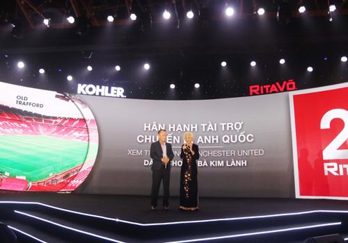 Chủ tịch công ty RitaVõ - ông Võ Mậu Quốc Triển dành tặng chuyến đi đến Anh cho cụ bà Kim Lành tại sự kiện kỷ niệm 20 năm thành lập công ty.
