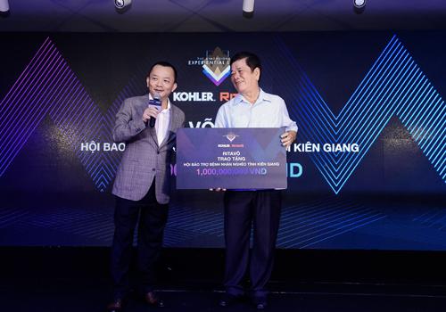 RitaVõ trao tặng một tỷ đồng cho ông Trương Thắng Trận - Chủ tịch Hội bảo trợ bệnh nhân nghèo Kiên Giang.