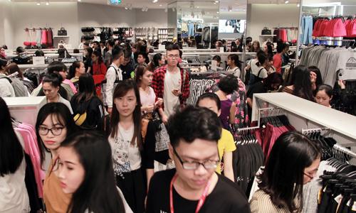 Khách hàng chen chân mua sắm trong ngày H&M ra mắt cửa hàng tại Hà Nội năm ngoái. Ảnh:Anh Tú