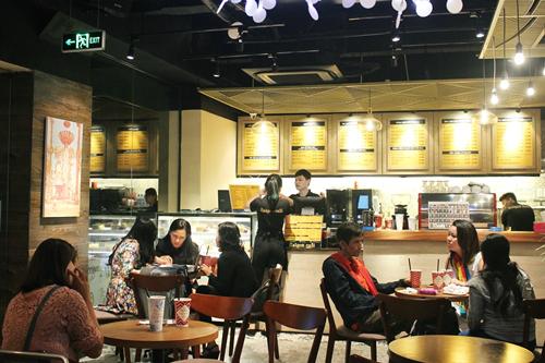 Bên trong một cửa hàng cà phê tại Sài Gòn. Ảnh: Phương Đông