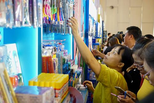 Các nhà bán lẻ tham khảo những sản phẩm mới chuẩn bị cho năm học 2019-2020. Ảnh: Viễn Thông