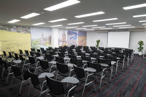 Phòng hội thảo sức chứa 150 ngườitrang bị hệ thống máy chiếu hiện đại.