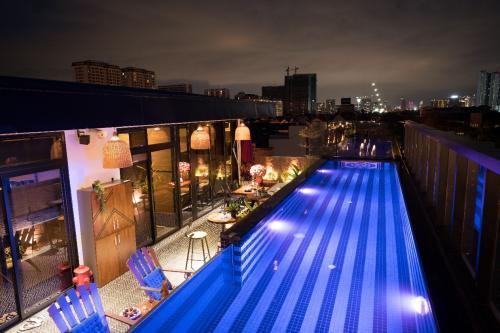 Tầng thượng là điểm nhấn của tòa nhà với hồ bơi, vườn trên không; minibar...