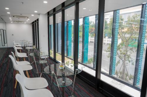Không gian thiết kế mở với hướng nhìn nhiều cây xanh tạo cảm hứng làm việc cho giới văn phòng.