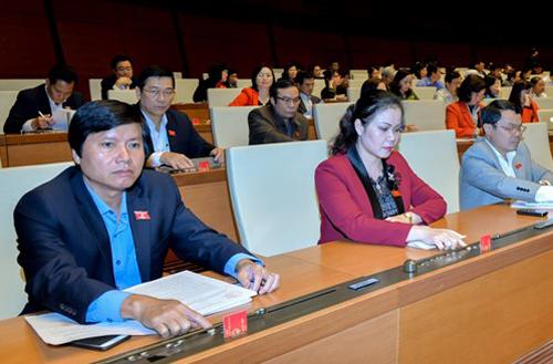 Các đại biểu bấm nút thông qua Luật Quản lý thuế sửa đổi. Ảnh: Trung tâm báo chí Quốc hội
