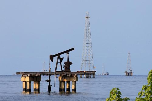 [Một cơ sở khai thác dầu tại Venezuela. Ảnh: Reuters
