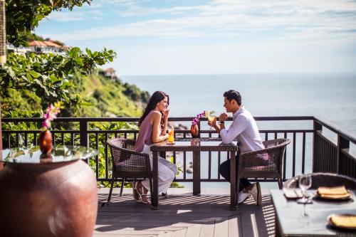 Nhà hàng Saffron với ban công rộng hướng biển.