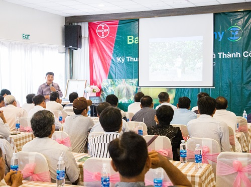 Tiến sĩ Lê Quốc Điền, Giám đốc Trung tâm Chuyển giao Khoa học và Kỹ thuật (SOFRI) hướng dẫn biện pháp khắc phục bệnh vàng lá thối rễ.