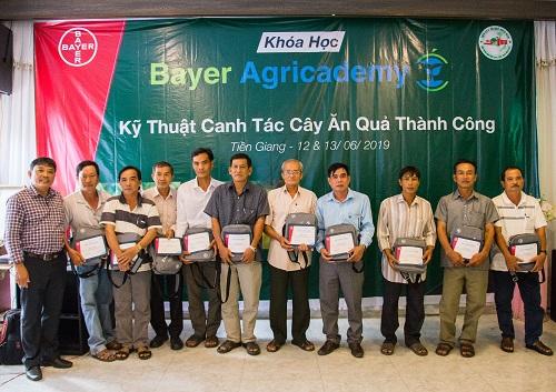 Nông dân lớp cây bưởi nhận chứng nhận khóa đào tạo Bayer Agricademy.