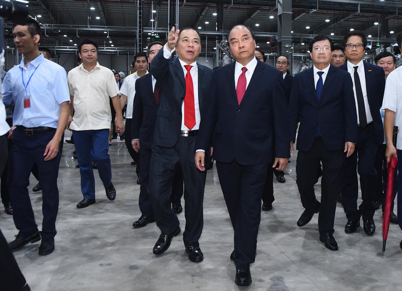 Ông Phạm Nhật Vượng cầm lái chở Thủ tướng trong khuôn viên VinFast