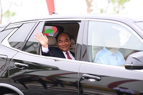 Thủ tướng Nguyễn Xuân Phúc ngồi thử chiếc SUV mang thương hiệu Vinfast. Ảnh: Giang Huy