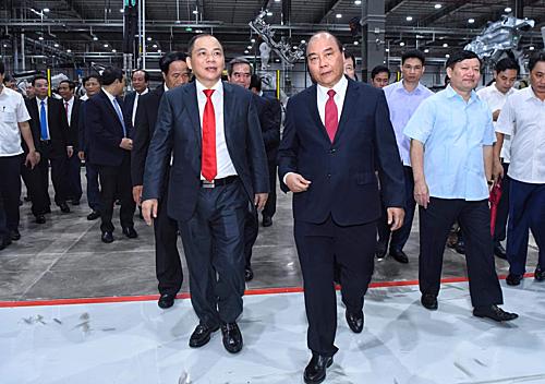 Thut tướng Nguyễn Xuân Phúc và Chủ tịch Vingroup Phạm Nhật Vượng thăm Nhà máy ôtô VinFast. Ảnh: Giang Huy