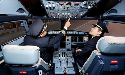 Các phi công Việt Nam trong buổi huấn luyện, đào tạo phi công.