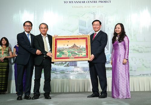 Phó thủ tướng Vương Đình Huệ thăm và tặng quà lưu niệm Công ty của Bầu Đức tại Yangon (Myanmar). Ảnh: VGP