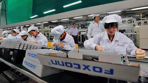 Công nhân làm việc tại một nhà máy của Foxconn. Ảnh: FT