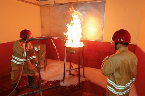 Các kỹ sư phòng thí nghiệm kiểm tra hiệu quả dập cháy.