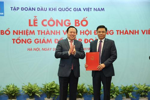 Chủ tịch Ủy ban Quản lý vốn Nhà nước tại doanh nghiệp Nguyễn Hoàng Anh trao quyết định bổ nhiệm cho ông Lê Mạnh Hùng. Ảnh: PVN
