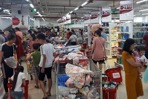 Siêu thị Auchan ở Hà Nội đông khách nhờ chương trìnhgiảm giá trước khi đóng cửa. Ảnh: Bá Đô.
