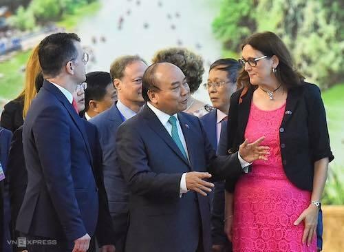 Thủ tướng Nguyễn Xuân Phúc (giữa) trò chuyện với bà CecilaMalmstrom - Cao uỷ thương mại của Liên minh châu Âu trước lễ ký FTA Việt Nam - EU chiều 30/6. Ảnh: Giang Huy