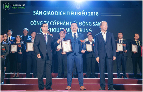 TGĐ Công ty CP BĐS Linkhouse Miền Trung Hồ Nguyên Trưởng nhận giải thưởng từ Ban tổ chức
