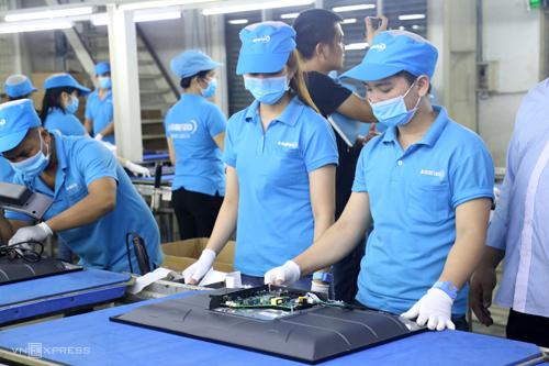 Công nhân làm việc trong Nhà máy Asanzo. Ảnh: Trung Sơn
