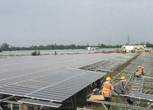 Công nhânlắp tấm pin mặt trời tại một dự án ở Long An. Ảnh: H.Thu