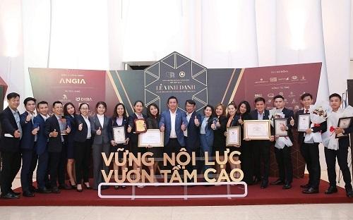 Ban lãnh đạo và ban điều hành hệ thống DKRA Vietnam tại lễ vinh danh nghề môi giới bất động sản Việt Nam 2019