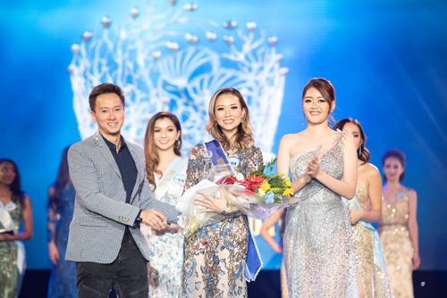 Ngoài danh hiệu Hoa hậu, danh hiệu Á hậu một được trao cho thí sinh Võ Hoàng Anh Thi sinh năm 1999 cao 1,75m, số đo 85-62-93 (ngoài cùng bên trái).