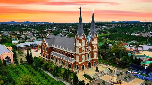 Trên địa bàn thành phố còn lưu giữ nhiều công trình mang dấu ấn thời gian như nhà thờ, biệt thựcổ.