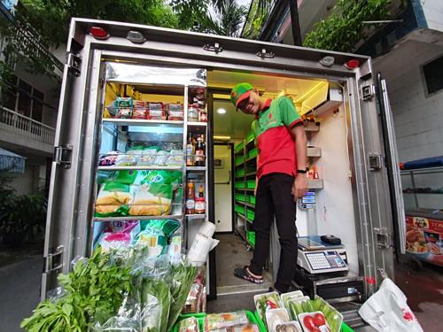 Xe tải siêu thị di động bán hàng ở khu Bàu Cát (Tân Bình). Ảnh: Hải Đăng
