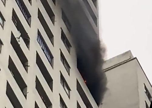 Khói đen và lửa bốc lên từ tầng 32 chung cư HH Linh Đàm giữatháng 4 vừa qua. Ảnh: Anh Kim