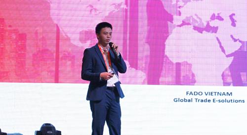 Ông Phạm Tấn Đạt- CEO FADO, đối tác được uỷ quyền toàn cầu của Alibaba.com trình bày giải pháp tận dụng cơ hội và quản trị rủi ro trong xuất khẩu trực tuyến. Ảnh: An Phạm.