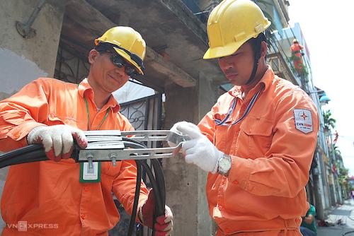 Công nhân Điện lực Hà Nội chuẩn bị bảo dưởng đường dây trong thời điểm nắng nóng. Ảnh: Ngọc Thành