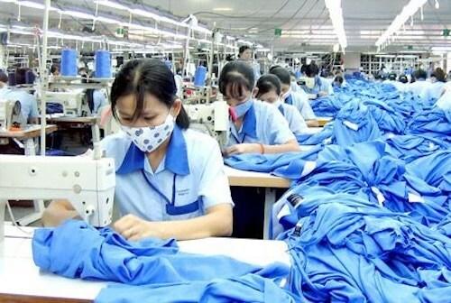 Công nhân sản xuất tại phân xưởng may Công ty May 10. Ảnh: May 10