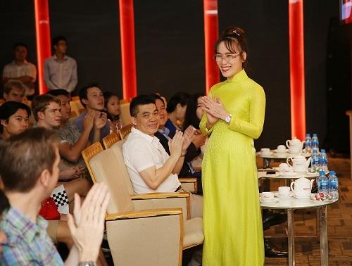 CEO Nguyễn Thị Phương Thảo diện áo dài trong buổi tiếp đoàn trường Harrow.