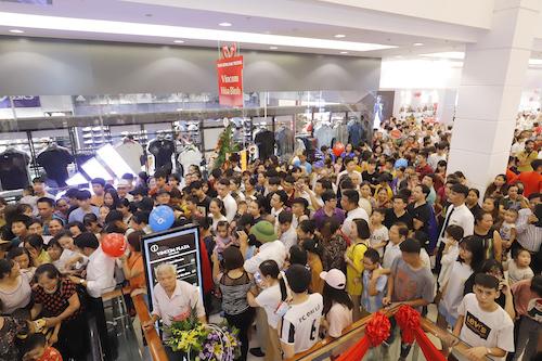 Sự kiện khai trương thu hút hàng nghìn lượt người ghé thăm và mua sắm, trải nghiệm dịch vụ.