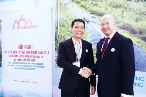 Phó Tổng giám đốc Hasco Group ông Nguyễn Minh Ly cùng đối tác ngoại. hasco group nhận quyết định đầu tư dự án bất động sản tại phú quốc - 1869599343-w500-2002-1564395899 - Hasco Group nhận quyết định đầu tư dự án bất động sản tại Phú Quốc