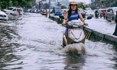 Người đi xe máy cần giữ khoảng cách an toàn với các xe khác.