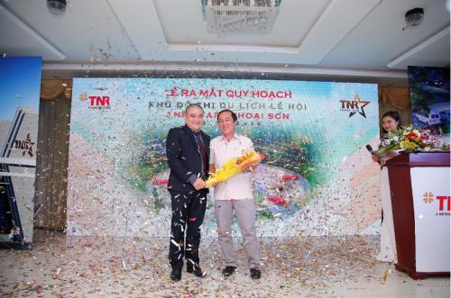 Ông Nguyễn Đăng Phương (bên trái) - Đại diện Chủ đầu tưTNR Holdings Việt Nam tại sự kiện.