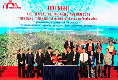 Đại diện UBND tỉnh Kiên Giang và đại diện IPPG ký kết hợp tác xây dựng, đầu tư tại Phú Quốc, Kiên Giang.