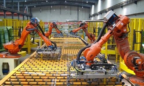 Robot ABB (Thụy Sĩ) bốc xếp trong một nhà máy bia Việt Nam. Ảnh: Viễn Thông.