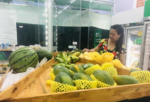Khách hàng chọn thực phẩm tại một cửa hàng ởHà Nội. Ảnh: An Nhiên.