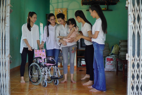Đỗ Mỹ Linh cùng dàn thí sinh Miss World Vietnam làm từ thiện