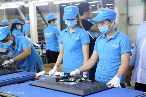 Công nhân lắp ráp tivi tại nhà máy của Asanzo. Ảnh: Trung Sơn
