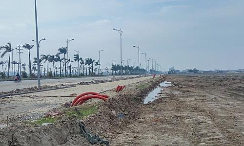 Một dự án đanglàm hạ tầng hồi đầu nămnhưng đã rao bán đất nền chênh hàng trăm triệu đồng. Ảnh: N.H