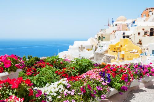 Quần đảo Cyclades với những hòn đảo nổi tiếng như Santorini là điểm đến du lịch quen thuộc của du khách quốc tế.
